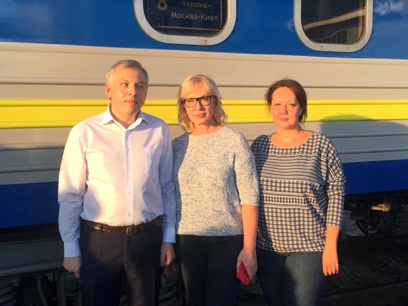 Уполномоченный Верховной Рады по правам человека Людмила Денисова (по центру)