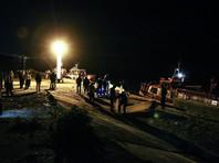 Катамаран столкнулся с баржей в 250 метрах от берега около 22:00 в районе грузового порта и частично затонул