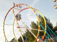 """В парке на набережной Новосибирска во время работы вышло из строя колесо-аттракцион """"360 градусов"""", в результате пассажиры повисли вниз головой. Судя по видео, кабинка в момент происшествия находилась где-то в верхней точке"""