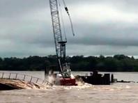 Из-за паводка обрушились  рабочие конструкции с краном на стройке моста через Амур