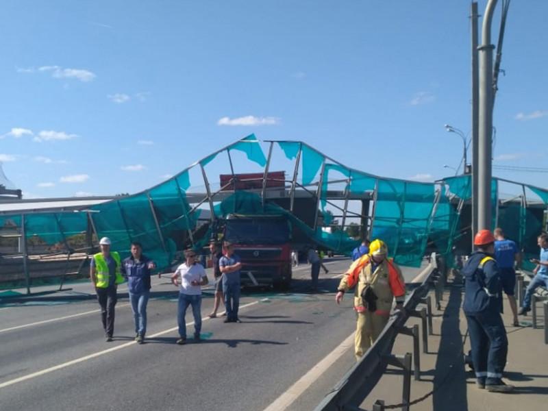 Движение по Ярославскому шоссе в районе Пушкино заблокировано в обе стороны из-за обрушения наземного пешеходного перехода после того, как в его опору въехал грузовик