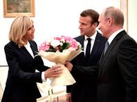 Владимир Путин с Эммануэлем Макроном и его супругой Брижит Макрон