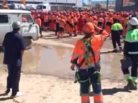 """Сообщалось, что взбунтовались рабочие, занятые на строительстве завода """"ЗапСибНефтехим"""" на Тобольской промплощадке компании """"Сибур"""". Сначала недовольные выломали двери автобуса и касками расколотили джип одного из строительных начальников, потом начали громить технику"""