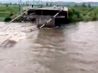 В Чите во время паводка рухнул очередной автомобильный мост