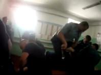 """20 июля """"Новая газета"""" опубликовала шокирующие кадры, на которых группа сотрудников ФСИН методично избивает заключенного руками, ногами и резиновыми палками"""