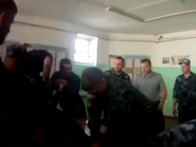Подозреваемый по делу о жестоком избиении заключенного ярославской колонии Евгения Макарова написал явку с повинной. В ближайшее время суд должен избрать ему меру пресечения. Ранее по делу о пытках были задержаны шесть человек