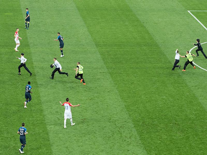 Опубликована видеозапись беседы полицейского с двумя участниками группы Pussy Riot, выбежавшими на поле 15 июля во время финального матча чемпионата мира по футболу между Францией и Хорватией
