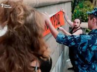 Мария Алехина и Дмитрий Энтео устроили акцию против пыток у здания ФСИН