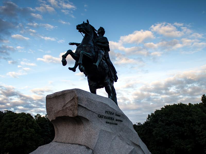 В Петербурге оштрафовали хулиганов, решивших поджарить шашлык на скульптуре Медного всадника