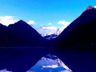 Представитель МЧС также уточнил, что Ак-Кем - одна из вершин горного массива Белуха, самого высокого в Алтайских горах, известного сложными альпинистскими маршрутами. Сейчас в районе Ак-Кем сильный ветер более 20 м/с с мокрым снегом
