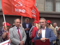 An hour before the hearing began near the Duma building on the Okhotny Ryad, demonstrators began to gather against the pension reform. Judging by the photo's in the Telegram channels, representatives of the Yabloko Party and the Communist Party of the Russian Federation and citizens without the symbols of a party participated in the pickets