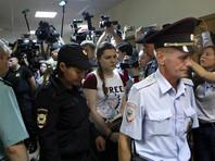 Суд наложил ряд запретов и ограничений. Так, Павликовой запрещается покидать жилище без письменного разрешения следователя, за исключением посещения врачей, использовать мобильную связь и интернет, а также общаться со СМИ