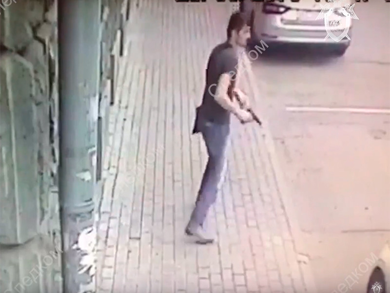 Неизвестный мужчина открыл огонь по полицейским в центре Москвы у посольства Камбоджи в Москве и был ранен ответным огнем