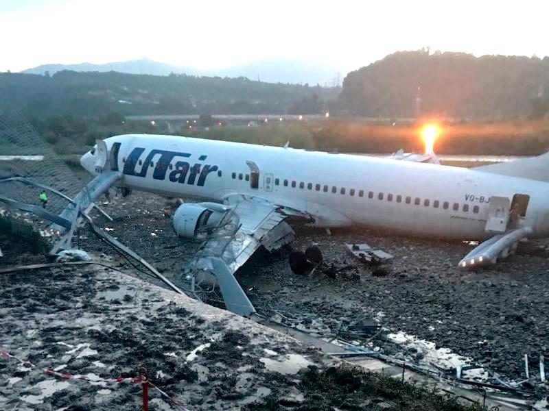 В Сочи самолет скатился в реку и загорелся, пострадали 18 человек, один погиб