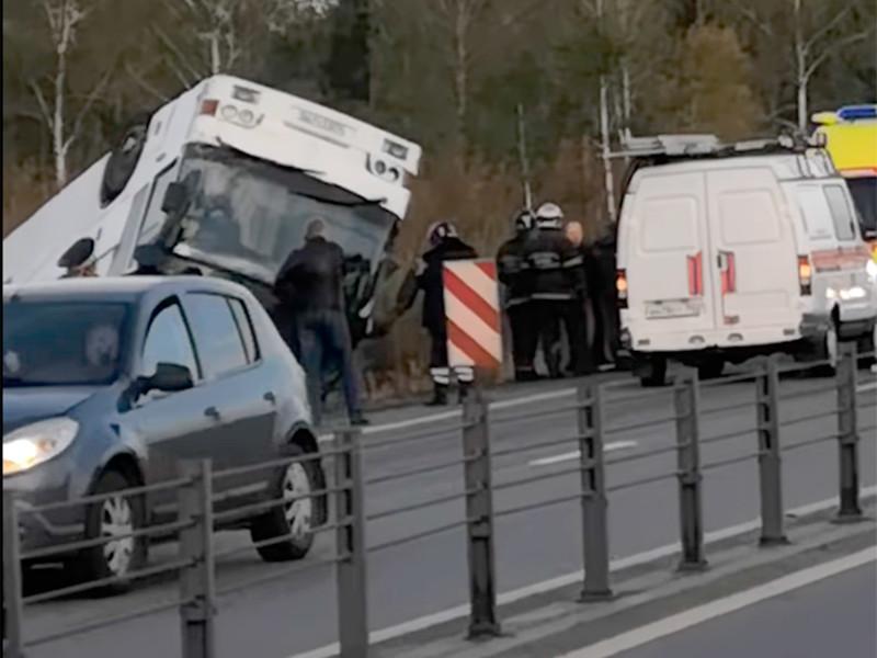 """В Подмосковье опрокинулся автобус с работниками """"Магнита"""", пострадали более 20 человек"""
