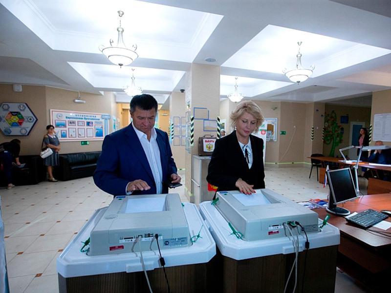 Андрей Тарасенко с супругой Светланой на избирательном участке, 16 сентября 2018 года