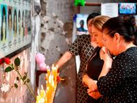 Траурная акция началась со школьного звонка в 9:15 - именно в это время 14 лет назад во дворе школы раздался первый выстрел террористов. С раннего утра люди непрерывным потоком идут в разрушенную школу с цветами, свечами и фотографиями погибших