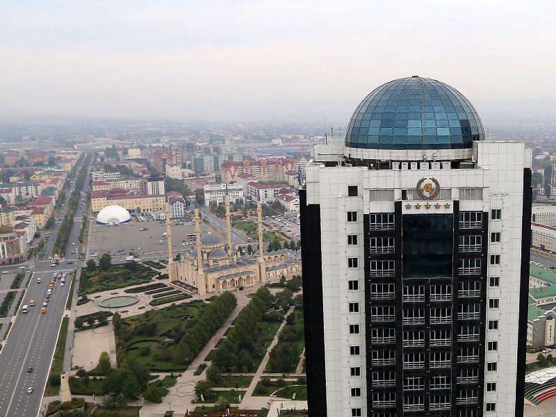 Силовики с оружием провели проверки в многоквартирных домах и частном секторе Грозного, сообщили местные жители. В полиции проверки объяснили мерами безопасности в связи с празднованием 200-летия города