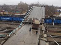 В городе Свободный Амурской области виадук частично обрушился на главный путь Транссибирской магистрали. Региональное управление МЧС сообщает, что произошло обрушение двух пролетов виадука 1982 года постройки