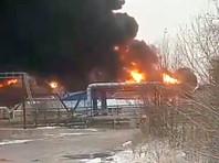 В ХМАО усилился пожар на нефтебазе, огонь распространился на соседние постройки