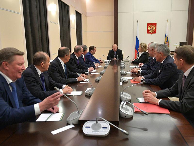 Президент России Владимир Путин обсудил в пятницу вечером вопросы внутренней и внешней политики с постоянными членами Совета безопасности РФ