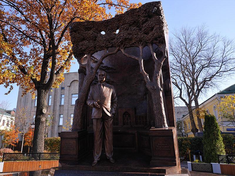 В Москве в сквере на Большой Полянке возле посольства Узбекистана открылся памятник первому президенту этой республики Исламу Каримову