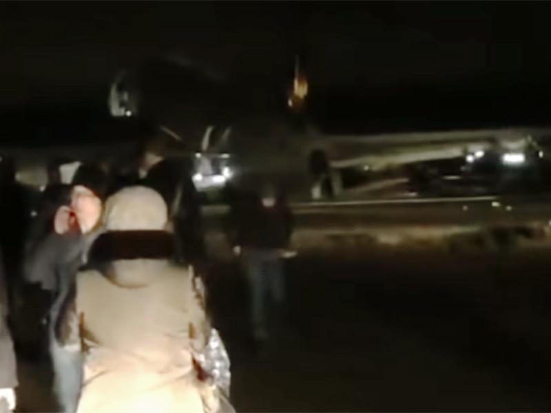 """Аэропорт """"Якутск"""" закрывали после того, как пассажирский лайнер из Улан-Удэ выкатился после приземления за пределы полосы. Об этом сообщается на сайте МЧС Якутии"""