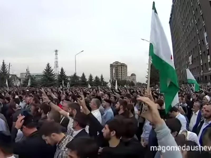В столице Ингушетии в Магасе продолжаются протесты против договора о границе с Чечней, на митинге уже собралось около 40 тысяч человек