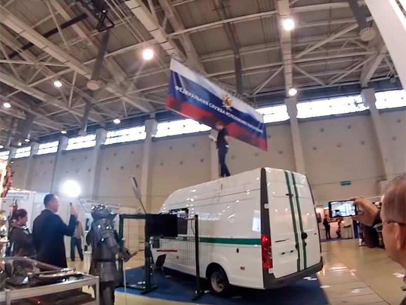 """Против активистки """"Другой России"""", вскрывшей себе вены на выставке военной техники, возбудили дело о ненависти к """"сотрудникам ФСИН"""""""