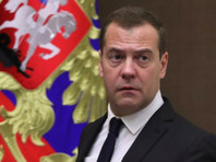 """Что касается """"вечного заместителя"""" Путина - премьера Дмитрия Медведева, то у него рейтинг одобрения традиционно низок. Уже на протяжении полутора лет, с весны 2017 года, больше 50% россиян не одобряют его деятельность на посту председателя правительства России"""