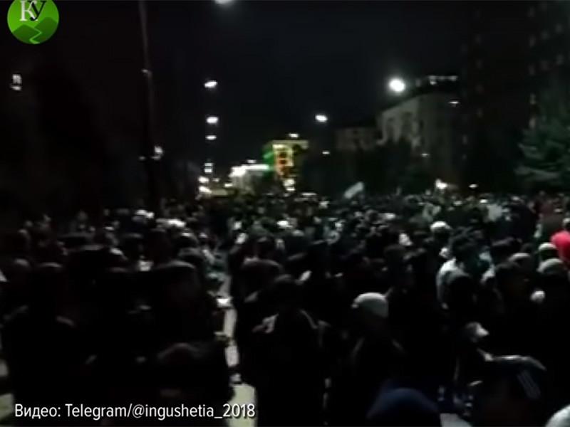 Протестующие против закона о границе с Чечней провели ночь на улицах Магаса, люди продолжают идти на митинг