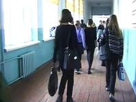 Вслед за девочкой с розовыми волосами на Урале не допустили к урокам школьника в синих джинсах