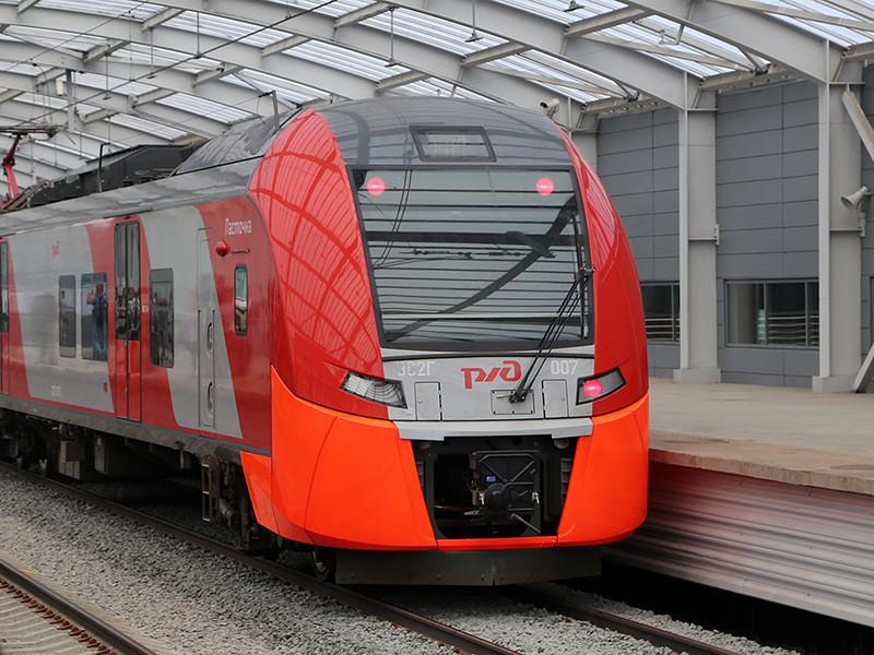 """В минувшую среду поезд """"Ласточка"""" разорвался прямо на ходу при подъезде к станции МЦК """"Лужники"""". """"Поезд экстренно остановили. Оказалось, что между вагонами разрушилась сцепка и порвалась гармошка . Внутри поезда находились пассажиры, но, к счастью, никто не пострадал"""", - говорится в сообщении"""