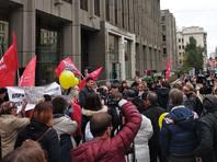 У здания Совфеда, где сенаторы обсуждают   пенсионную реформу, проходит акция протеста