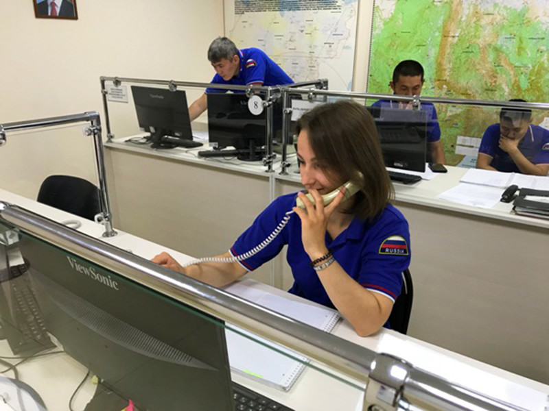 Поиски пилота вертолета Robinson, который совершил аварийную посадку труднодоступном районе Якутии, приостановлены до 3 октября из-за непогоды