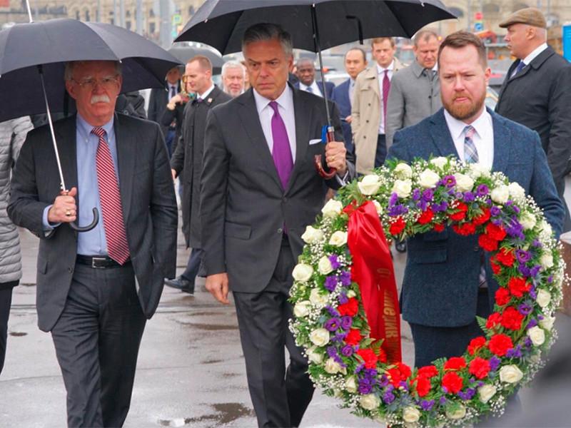 Активисты движения SERB устроили погром у мемориала Бориса Немцова на Большом Москворецком мосту в столице и забрали венок, который на днях возложил советник президента США по национальной безопасности Джон Болтон