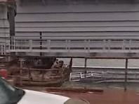 Фрагмент железнодорожного пролета Крымского моста съехал в воду (ВИДЕО)