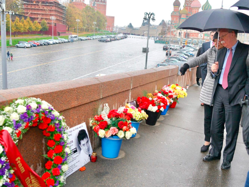 Перед встречей с Путиным Болтон возложил венок на месте убийства Бориса Немцова