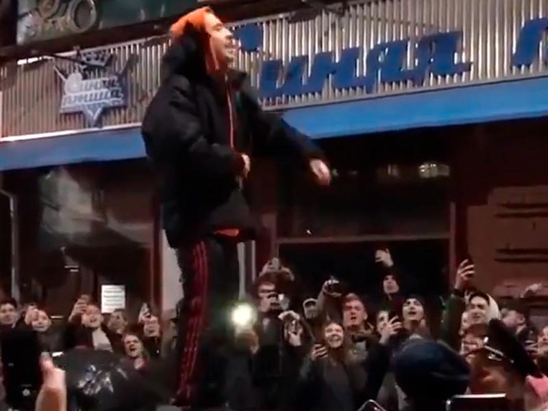 Рэпера Хаски задержали в Краснодаре за выступление на крыше машины после срыва его концерта