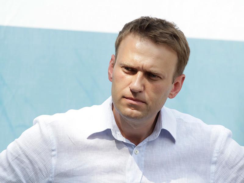 Навальный со второго раза смог вылететь за границу и решил подать в суд на службу судебных приставов
