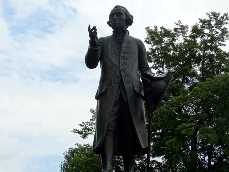 Воссозданный по сохранившейся модели немецкого скульптора Христиана Даниэля Рауха памятник Иммануилу Канту был открыт 27 июня 1992 года в сквере перед университетским зданием, рядом с тем местом, где с 1884 года стоял оригинал памятника