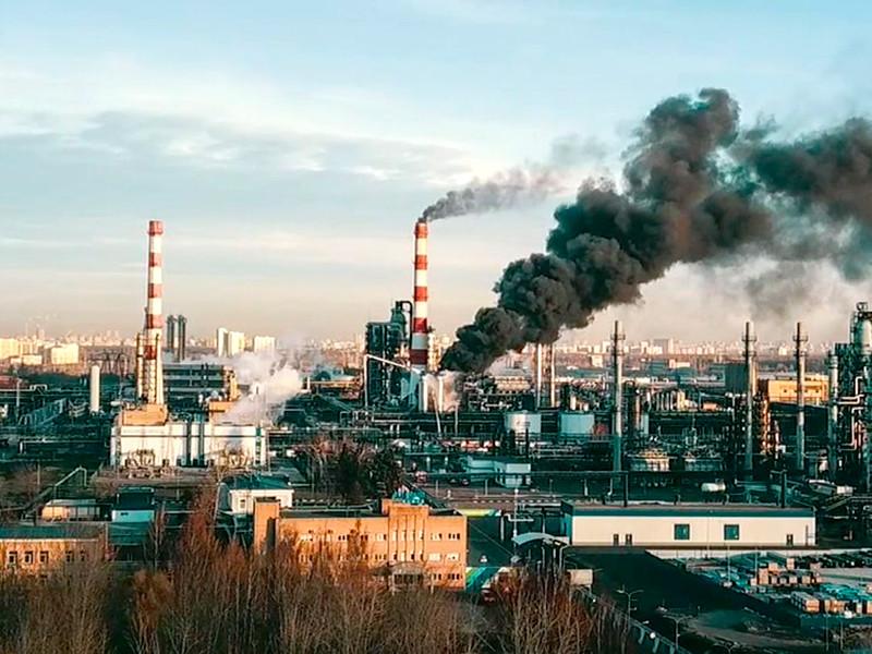 В экологически неблагополучном районе Москвы горит один из крупнейших нефтеперерабатывающих заводов в России