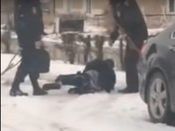 В Алтайском крае полицейские запинали и повалили на снег инвалида на костылях (ВИДЕО)