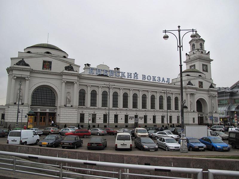 Киевский вокзал и несколько столичных ТЦ эвакуировали из-за звонков о минировании