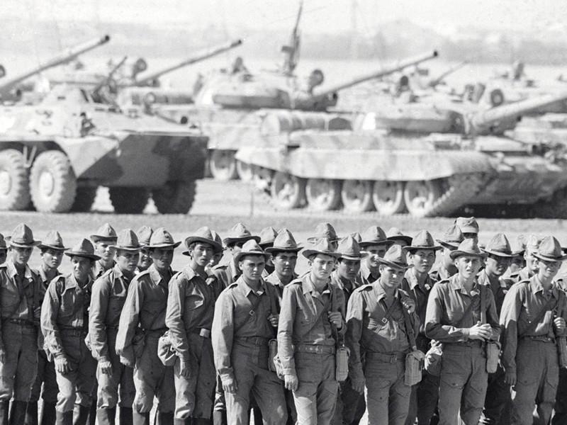 На фото: советские солдаты возвращаются на Родину из Афганистана, 15 октября 1986 года