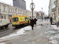 ДТП произошло в районе дома N8 по Покровскому бульвару. Водитель сбил двух рабочих дорожной службы из Средней Азии, они госпитализированы с травмами