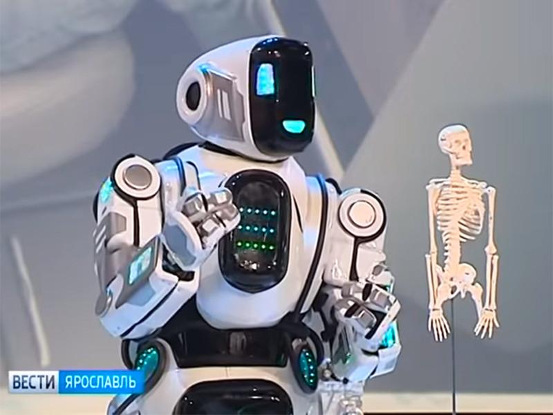 """В """"России 24"""" объяснили, что человек в костюме робота на ярославском форуме был своего рода Дедом Морозом"""