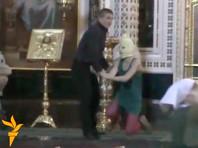 """Акция Pussy Riot прошла в храме Христа Спасителя в Москве в конце февраля 2012 года. Активистки пришли в храм и, надев маски, исполнили песню """"Богородица, Путина прогони"""", в которой осуждали политику российского президента Владимира Путина"""