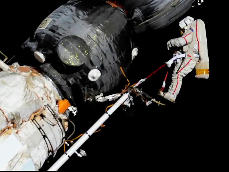 """Космонавты МКС взяли пробы с обшивки """"Союза"""" вокруг загадочной дырки: она не могла быть сделана сверлом изнутри"""