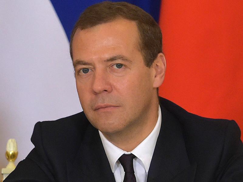 Медведев в День Конституции заявил, что ее можно корректировать, но по четкому порядку